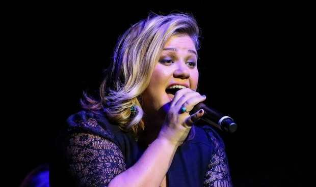 does kelly clarkson write her own songs Does katy perry write her own songs  could not put on that album because she had to have a limit of 13 songs so she let kelly clarkson sing.